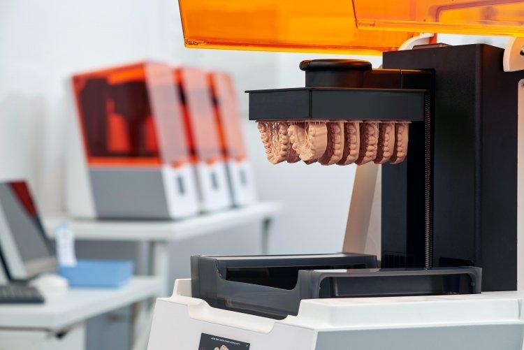 sm.formlabs form 3b printer with printed parts.750 - Подбор материалов для 3D-печати в стоматологии?